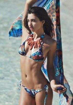 超模拍泳装时尚大片 美女优雅随性显热辣身材