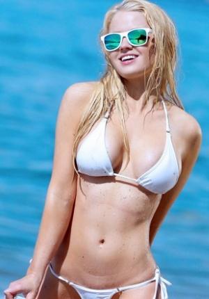 花花公子女郎索菲亚泳装写真 沙滩秀雪肌美胸