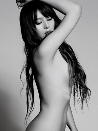 原Sweety成员刘品言奋力一脱 全裸入镜拍写真