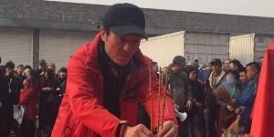 《长城》正式开机 张艺谋红衣祭拜众老外围观