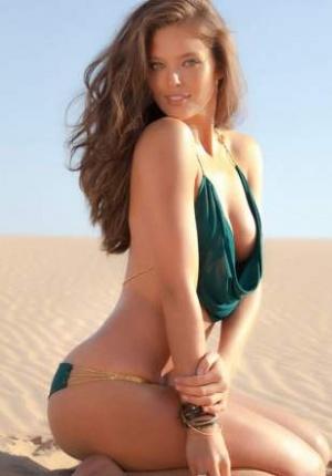超模艾米丽户外大尺度写真 半裸美胸魅惑众生