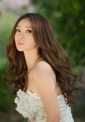 柳岩抹胸白裙露诱人香肩 乳沟隐现秀性感身材
