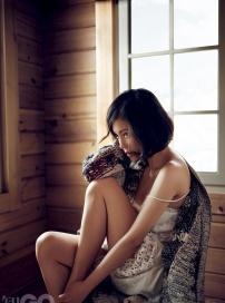 杨子姗玩性感清纯不在 床上脱衣露bra秀美背香肩