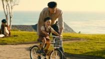 《小男孩》精彩片段 如父如子就像一对亲密伙伴