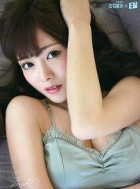 白石麻衣与奈奈未登杂志 露乳沟秀美腿身材性感