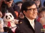 成龙亲切笑容手持可爱小熊猫 身体力行相挺北影节