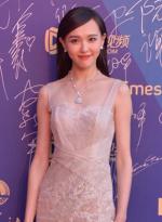 女星唐嫣薄纱白裙登红毯玩透视 甜美性感集一身