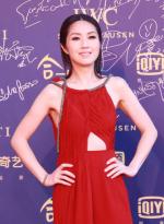 杨千嬅红裙美艳肤若凝脂 特殊剪裁设计尽显纤瘦
