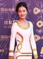 性感女星冯馨瑶携剧组现身 高叉裙玩儿长腿诱惑
