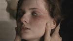 《丧家之女》曝光片段 阿比盖尔遭病毒侵袭变脸