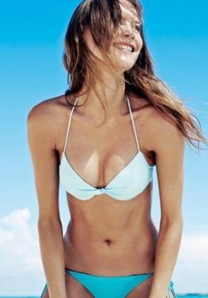 南非嫩模沙滩比基尼酥胸外露 湿身沾细砂极致诱惑