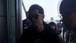周杰伦携孕妻机场遭围堵 黑色情侣装恩爱