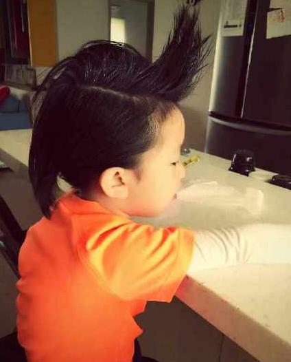 刘畊宏的儿子飞机头造型-周杰伦干儿子换新发型上学 获赞 比干爹帅 图片