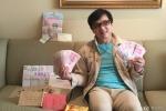 成龙晒粉丝所赠生日礼物 现金铺满沙发将做慈善