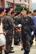 JYJ金在中部队服役照曝光 穿红衣变军乐队美男