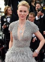 娜奥米银灰色镶钻裙惊艳亮相 大露美背气质优雅