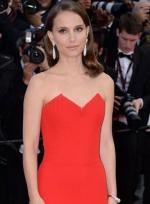 娜塔莉·波特曼着低胸红裙身材火辣 与老公秀恩爱
