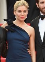 西耶娜·米勒蓝裙优雅贵气 与众评委勾肩搭背