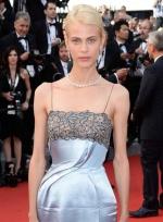 名模艾梅琳·瓦拉德闪亮登场 银色长裙显高挑贵气