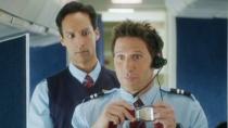 《拉里·盖耶》正式预告片 男空姐的空中服务窘事