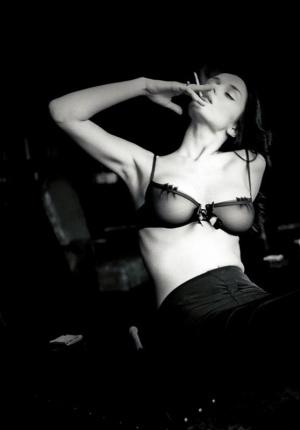 摄影师私密黑白大片尺度大开 真空装酥胸隐现