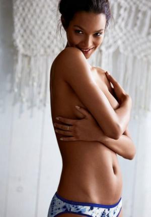 巴西超模莱斯演绎维秘新品 半裸出镜秀凹凸身材