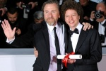蒂姆·罗斯现身后台 与获最佳编剧奖米歇尔合影