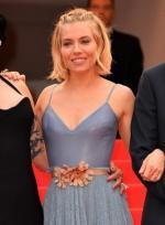 西耶娜·米勒吊带清凉亮相 性感爆乳提裙摆大笑