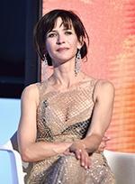 评审团成员苏菲·玛索透视裙登台 优雅落座露沟