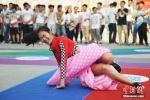 """沈阳300多名青年男女集体""""滚床单"""" 现场混乱"""