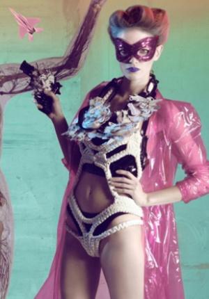 超模演绎另类画风 雕塑艺术与时尚性感完美结合