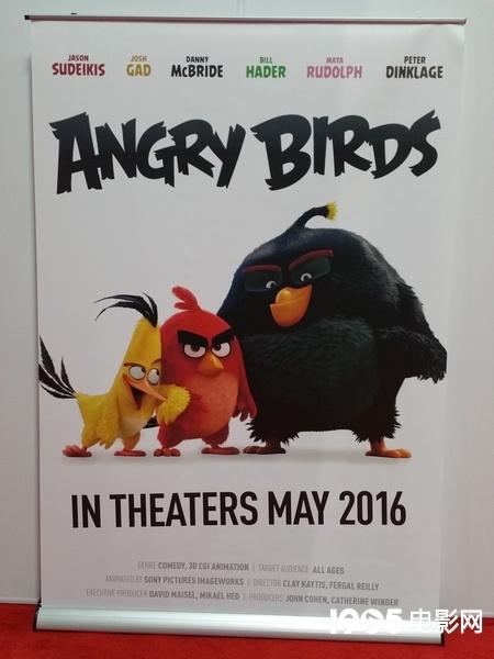 《愤怒的小鸟》曝光海报 特异功能小鸟表情贱萌