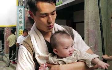 《对风说爱你》片场探班 杨佑宁怀抱婴儿变身奶爸