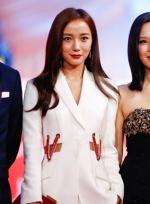 《宅女侦探桂香》剧组亮相 王珞丹白色西装中性迷人