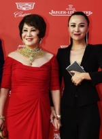 上影节推广大使靳羽西红裙亮相 黄金项链显奢华