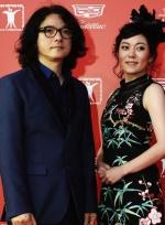 著名导演岩井俊二西装革履现身红毯 戴眼镜显斯文