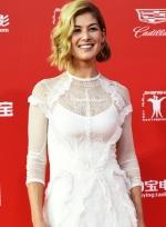 《消失的爱人》女主现身红毯 蕾丝白裙性感优雅