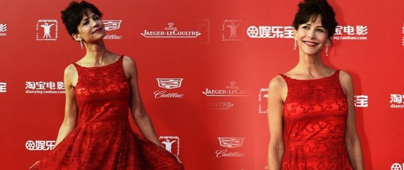 苏菲·玛索红裙吸睛无数 香肩云鬓尽显女神风采