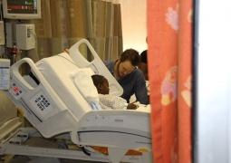"""""""星爵""""赴医院探望小朋友 与儿童COS驯龙场景"""