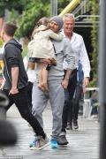 贝克汉姆抱女儿出街 单手帮小七穿鞋父爱满满