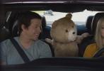 当地时间6月24日,电影《泰迪熊2》在美国纽约举行首映式,主创马克·沃尔伯格、阿曼达·塞弗里德等亮相为影片宣传助阵。塞弗里德当天一袭小黑裙配红唇显得十分性感,一头金发编成时下流行的蜈蚣辫,整体造型活泼又俏皮。马克·沃尔伯格西装革履携妻亮相大秀恩爱,老将连姆·尼森的出现也为首映增色不少。