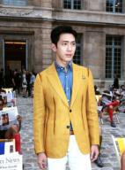 井柏然巴黎看秀黄色西装亮眼 彰显时尚个性品味
