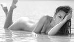 33岁女星挑战大尺度全裸拍写真 泳衣造型被禁
