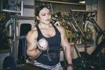 俄罗斯举重肌肉女走红 怪异身材比例令男人汗颜