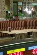 奶茶妹妹与刘强东一起用餐 举止亲密互咬耳朵