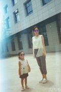 李小璐晒与女儿合影 甜馨戴墨镜叉腰努力凹造型
