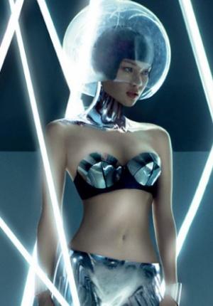 《男人装》7月封面大片 嫩模上演性感时空旅行