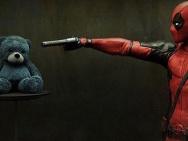 《死侍》登美媒漫展特刊封面 宣传照举枪对玩具熊