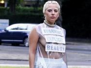 Lady Gaga穿透视真空装上街 染白眉毛造型奇特