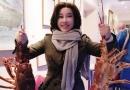 刘晓庆澳洲游玩手拿龙虾拍照 皮肤细腻宛如少女